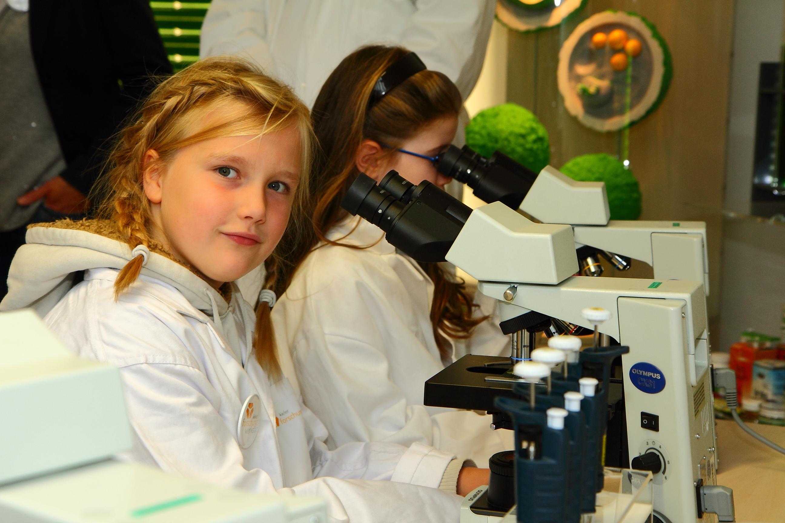 Schülerinnen im Angebot Die Ostsee als Lebensraum des ozean:labors