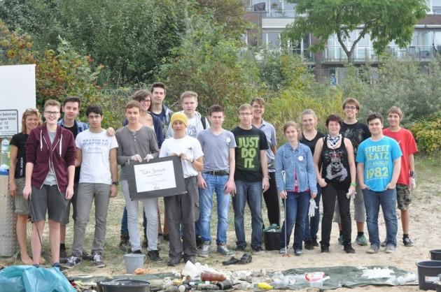 Klasse 11a der Toni-Jensen-Gemeinschaftsschule am Strandabschnitt Mönkeberg