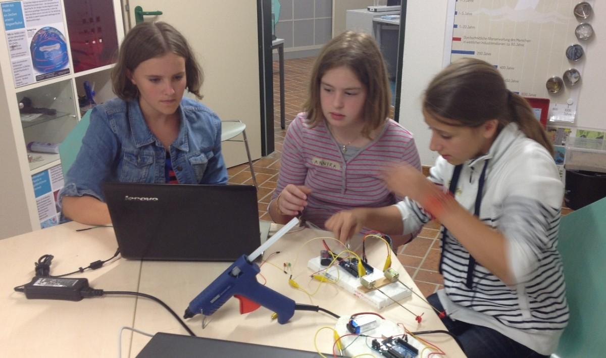 Beim Forschernachmittag des energie:labors gehen Schülerinnen und Schüler anhand von vielfältigen naturwissenschaftlichen Experimenten Fragen zum Thema Energie nach.