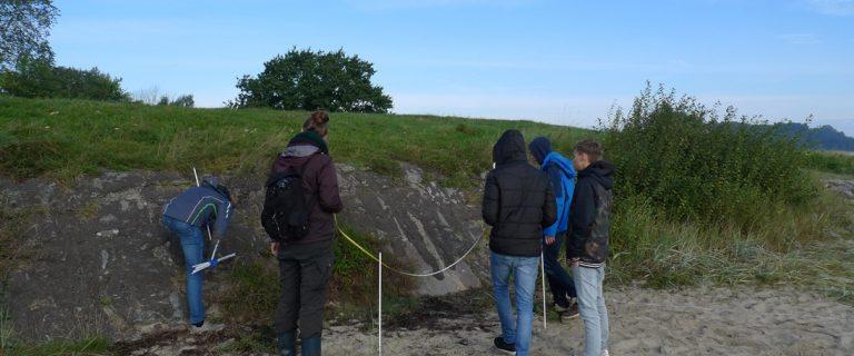 Schülerinnen und Schüler beim Expeditionslernen an der Ostseeküste