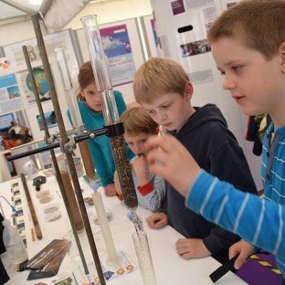 Kinder staunen am Stand der Kieler Forschungswerkstatt auf der Kieler Woche