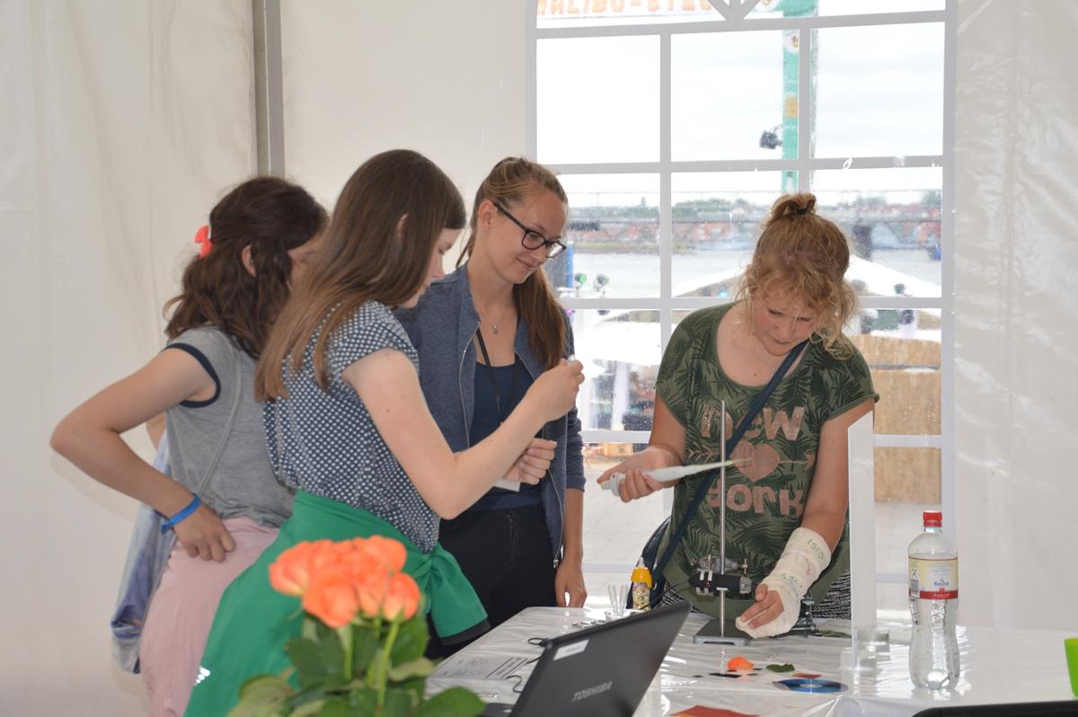 Anhand der Vermessung eines Wassertropfens auf modifizierten Nano-Oberflächen erläuterte das Team des klick!:labors am Freitag beispielsweise den Lotus-Effekt und gab Einblicke in die aktuelle Forschung im Bereich Nanowissenschaften.