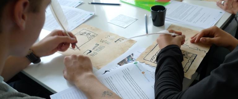 Im sprach:werk setzen sich Schülerinnen und Schüler der Klassenstufen 10 bis 12 mit der mittelalterlichen Handschrift als sprachliches und bildkünstlerisches Speichermedium vom 9. bis zum 15. Jahrhundert auseinander.