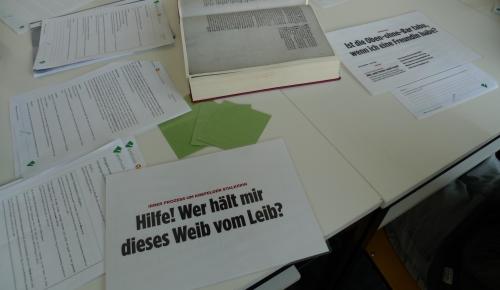 Die Schülerinnen und Schüler befassen sich hier mit dem Thema Sprachwandel. Anhand mittelhochdeutscher Textbeispiele aus einer Handschrift und dem Vergleich einzelner Begriffe mit heutigen Kontexten, lernen sie mehr über den Bedeutungswandel von Wörtern.