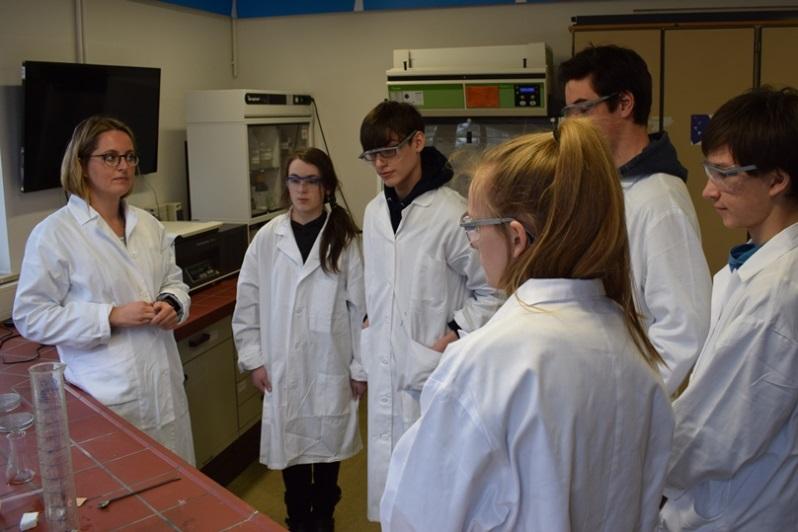 Im Labor beschäftigen sich die Schülerinnen und Schüler auch mit den Eigenschaften von Makroplastik.