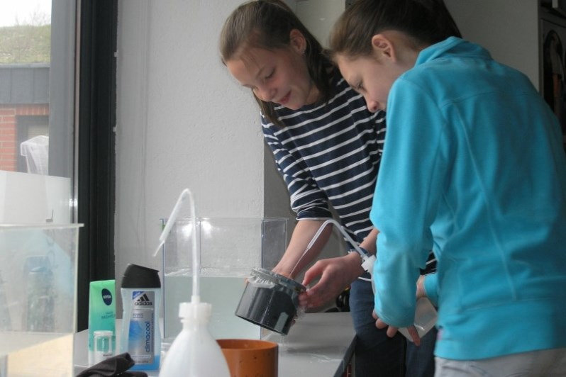 Während der Ferienakademie erfahren die Jungen und Mädchen mehr zu Mikroplastik und darüber, wie es in unsere Gewässer gelangt.