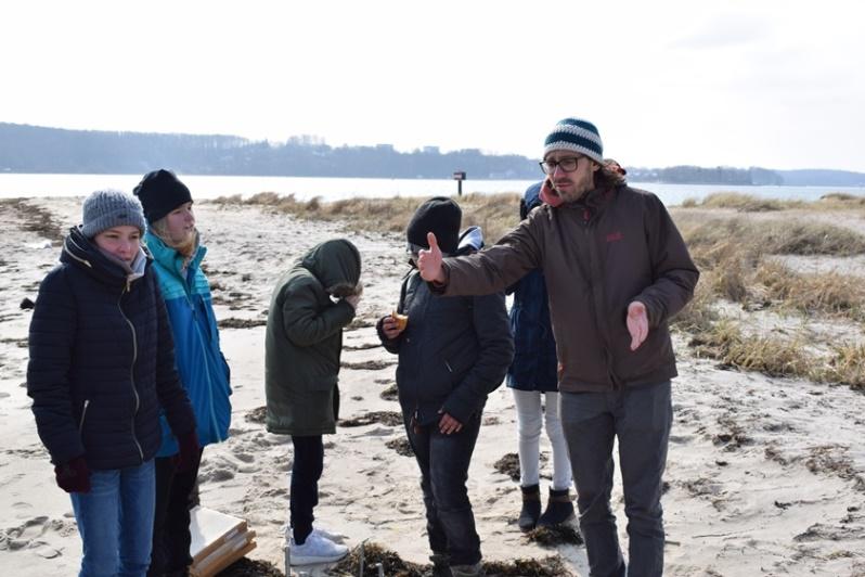 Am Falckensteiner Strand führen die Jungen und Mädchen während der Ferienakademie Messungen und Probennahmen durch.