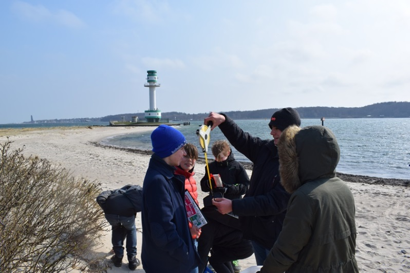 Am Falckensteiner Strand führen die Jungen und Mädchen während der Ferienakademie Science Research Camp Messungen und Probennahmen durch.