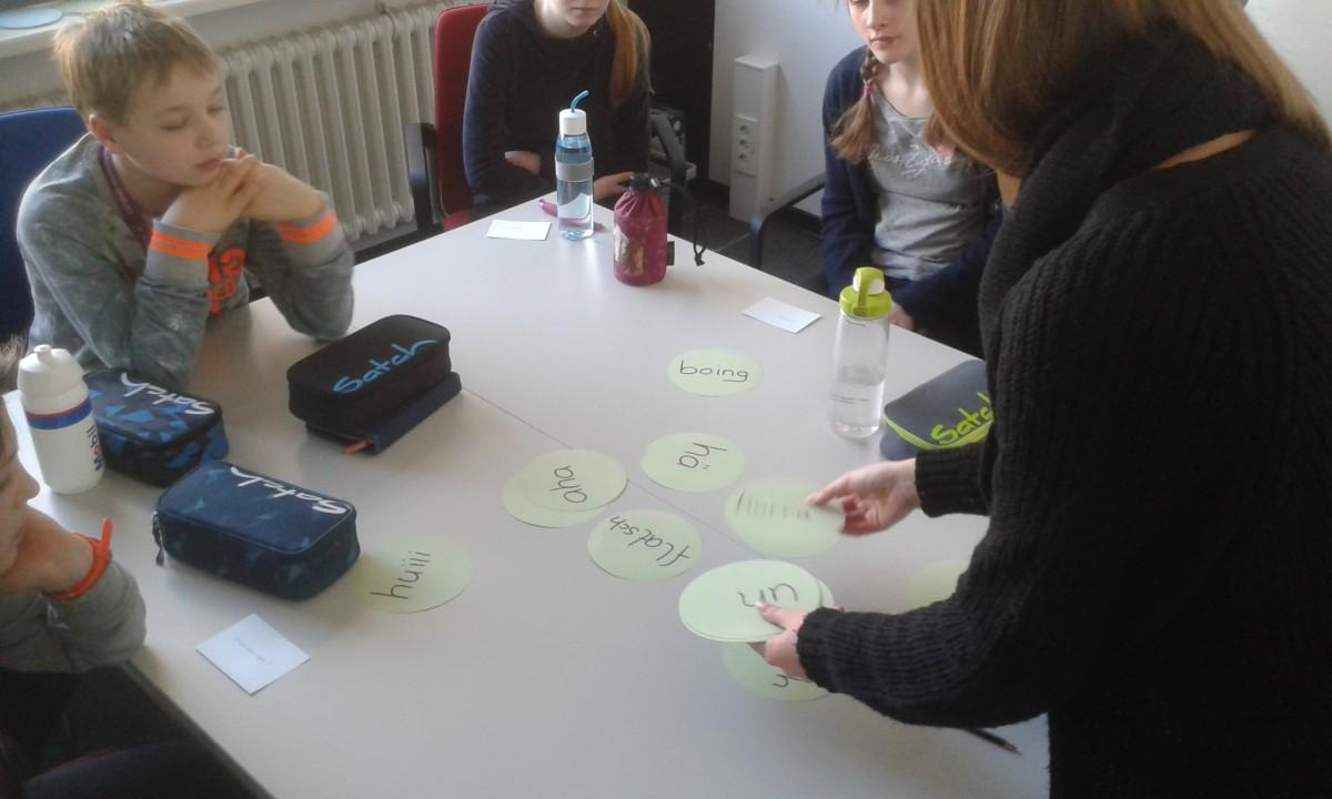 Jungen und Mächen entdecken das Angebot Wortarten im sprach:werk der Kieler Forschungswerkstatt