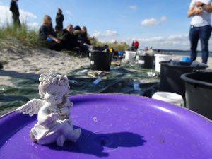 Auch ein Dekoengel wurde beim Coastal Cleanup an der Kieler Förde gefunden
