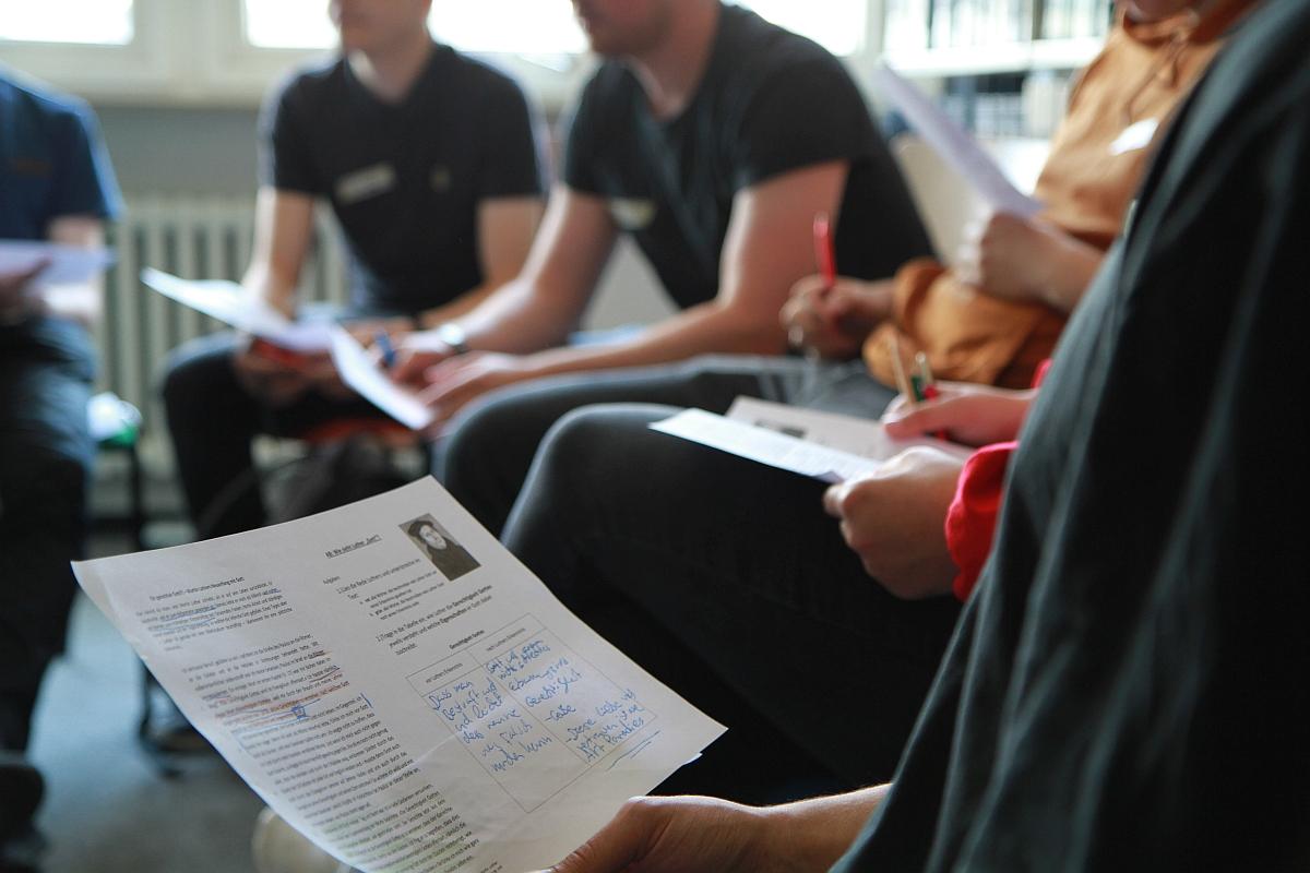 Schülerinnen und Schüler besuchen das ANgebot Freiheit im reli:labor