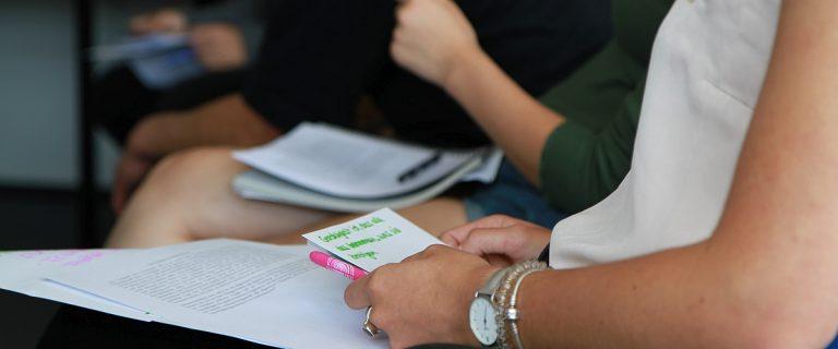 Im reli:labor lernen Schülerinnen und Schüler der Mittel- und Oberstufe aktuelle und innovative Ansätze aus unterschiedlichen Bereichen der Theologie kennen.