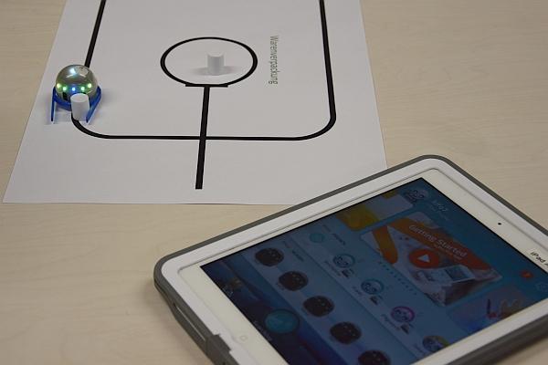 Die Miniroboter Ozobot lernen Schulklassen in der nawi:werft kennen