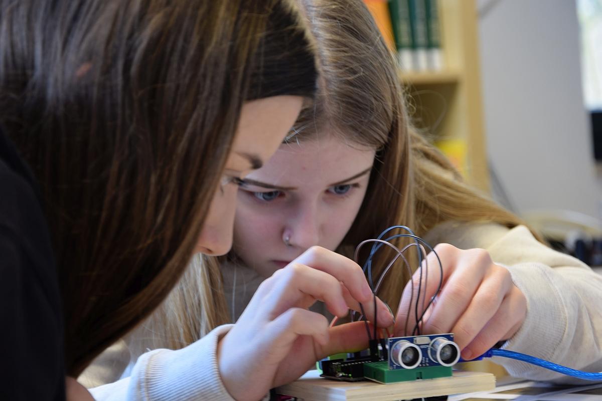 Im Robotikangebot der nawiwerft programmieren Schülerinnen ihre Fahrzeuge