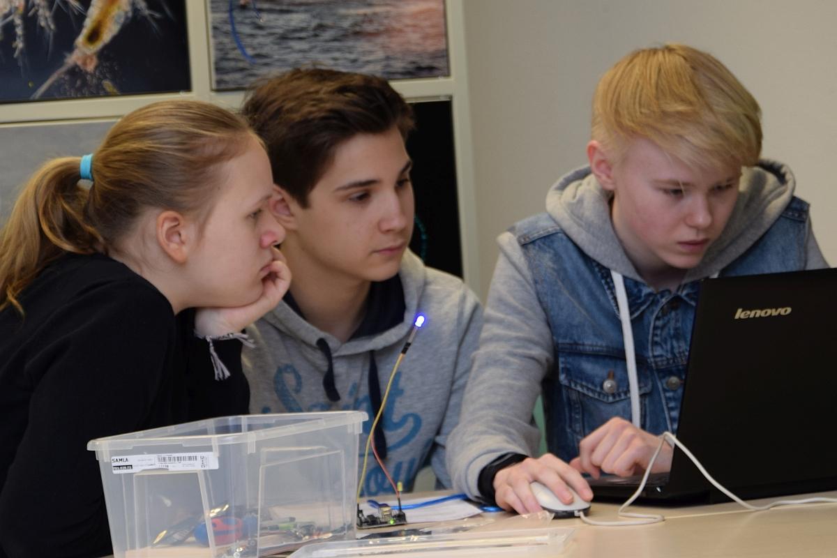 In der nawiwerft programmieren Schülerinnen und Schüler ihre Fahrzeuge