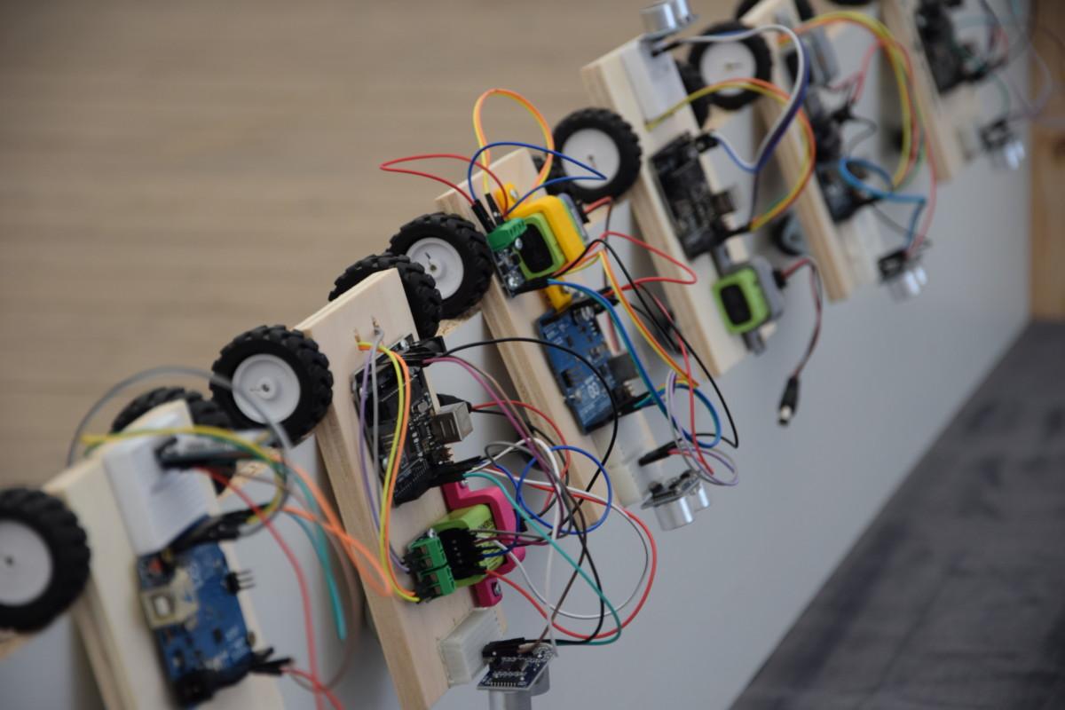 Foboterfahrzeuge auf Basis eines Holzbrettes sowie der Software Arduino