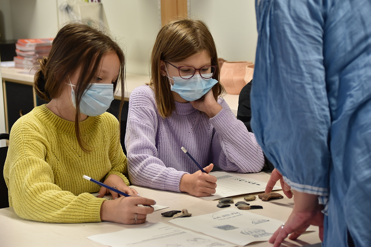 Schülerinnen bei der Eröffnung des archäo:labors der Kieler Forschungswerkstatt